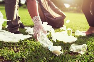 voluntários catando lixo em um parque