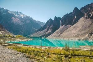lago attabad na cordilheira de karakoram, vale de hunza, paquistão. foto