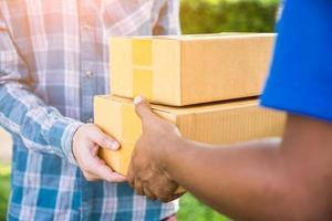 homem aceitando entrega de entregador
