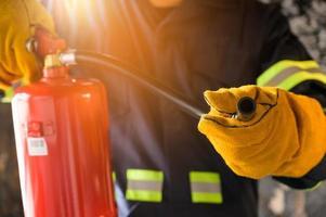 bombeiro usando extintor de incêndio