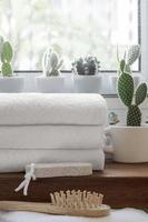 pilha de toalhas limpas dobradas no balcão de madeira foto