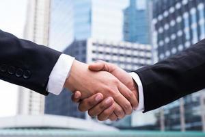 dois empresários apertando as mãos foto