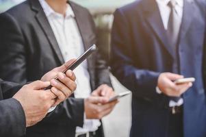 grupo de empresários usando smartphones