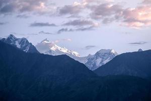 nascer do sol sobre montanhas cobertas de neve karakoram, paquistão foto