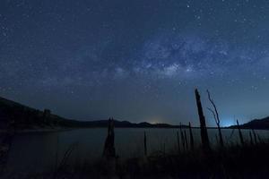 Via Láctea e crepúsculo azul foto