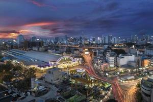 Estação Ferroviária de Banguecoque ao pôr do sol foto