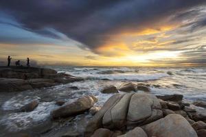 pôr do sol colorido sobre o mar foto