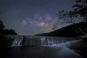 Via Láctea sobre pequena barragem foto