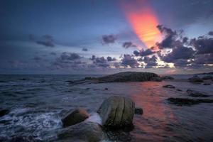 crepúsculo sobre o mar foto