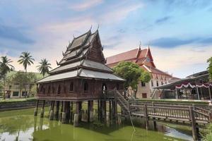 chedi de madeira tradicional na Tailândia foto