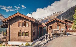 cabines com montanhas ao fundo. foto