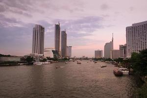 pôr do sol no rio chao phraya foto