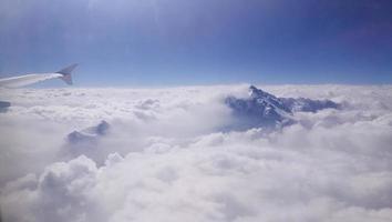 pico da montanha emerge da nuvem foto