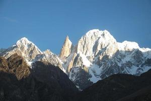 montanha de pico coberto de neve ladyfinger no vale de hunza, paquistão foto