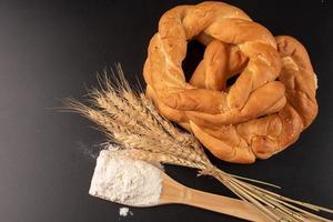 pretzels e trigo em fundo escuro foto