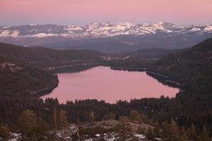 Vista aérea do lago, rodeado por árvores foto
