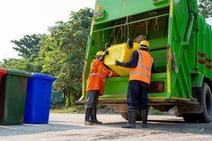 coletores de lixo com caminhão foto