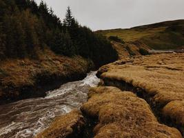 fluxo de água entre rochas foto
