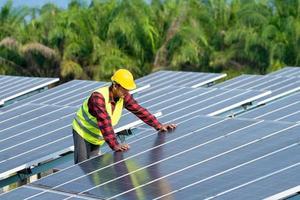 engenheiro trabalhando em painéis solares
