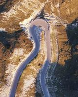 Vista aérea da estrada curvilínea foto
