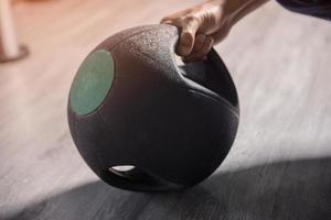 closeup de mão segurando o peso em uma academia foto