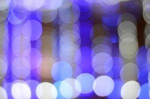 fora de foco luzes azuis e brancas foto