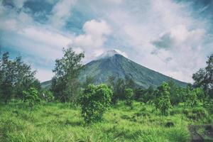 montanha sob céu nublado foto