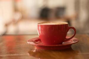 café com leite na caneca vermelha foto