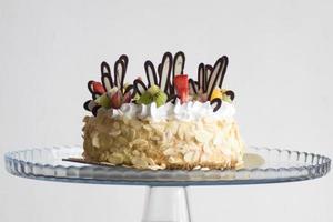 bolo coberto de glacê marrom e branco com frutas foto