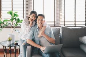 feliz casal asiático se divertindo