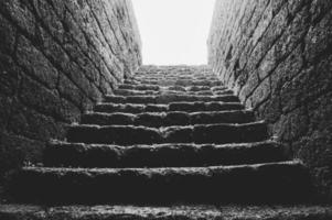 escadas de tijolos sob luz brilhante foto