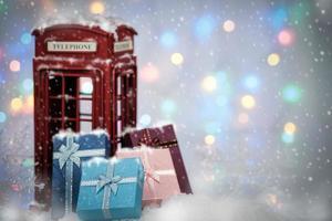 caixas de presente e cabine telefônica foto