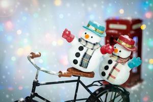 bonecos de neve em bicicleta