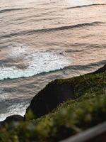 surfistas no oceano foto