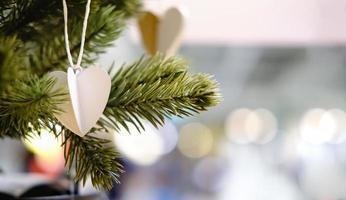 ornamento em forma de coração na árvore foto