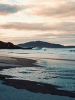 surfista solitário na água foto