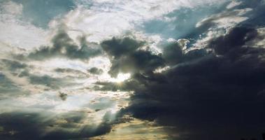 sol brilhando através de nuvens cirros cinza foto