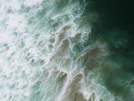visão aérea das águas verdes do oceano