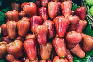 um monte de fruta jambu foto