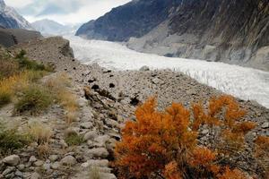 geleira passu em meio à cordilheira de karakoram no paquistão foto