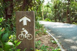 placa de sinalização rodoviária de ciclovia foto