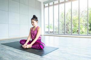 mulheres asiáticas praticando ioga foto