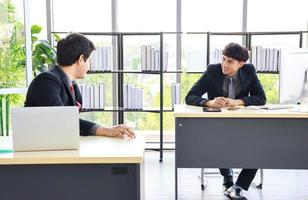 novos jovens empresários no escritório foto