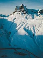 montanhas cobertas de neve e céu azul foto