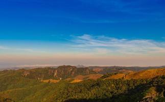 paisagem montanhas e céu azul brilhante foto