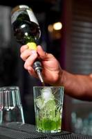 barman prepara um cocktail