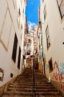 edifícios e escadas brancos foto