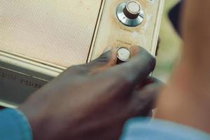 mão segurando o botão de volume