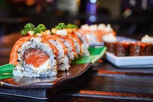 rolos de sushi no prato de cerâmica foto