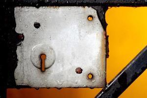close-up vista de um buraco de fechadura de metal e bloqueio